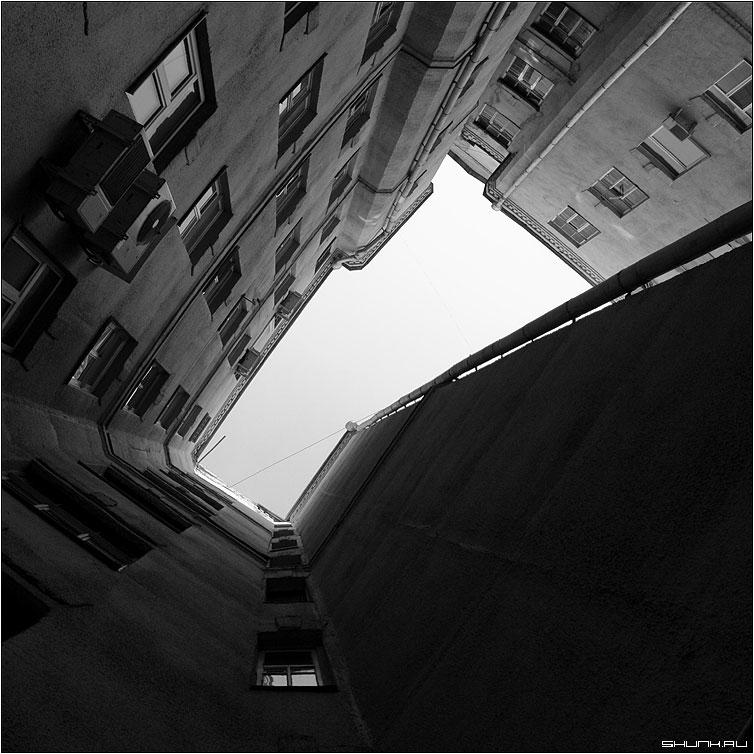 Век кондиционеров - стена небо чб чернобелое двор москва квадрат фото фотосайт