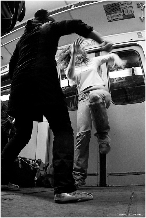 Танцы в метро - метро вагон серая ветка черно-белое фото фотосайт
