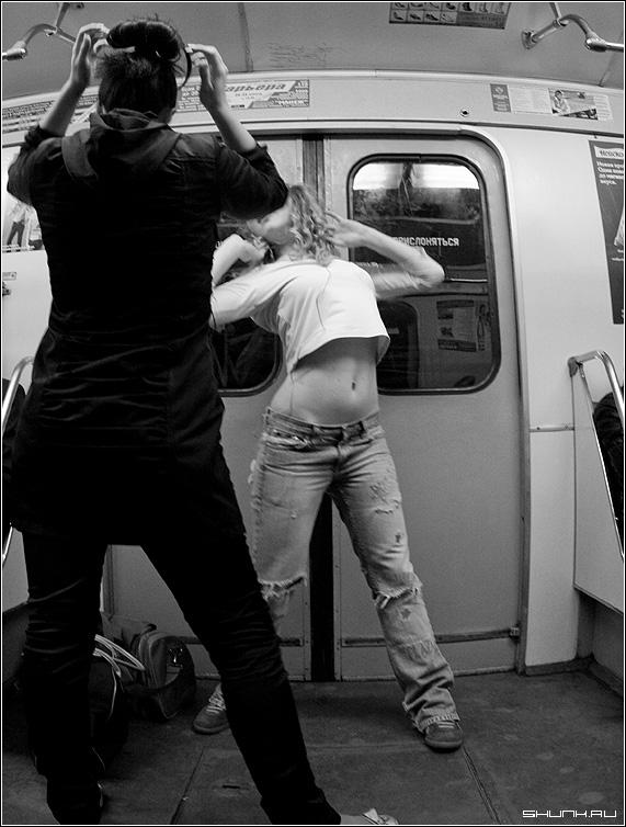 Танцы в метро 2 - метро вагон серая ветка черно-белое девушки руки танцы фото фотосайт
