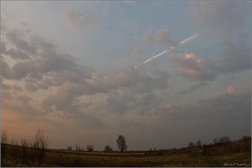Небесный шампур - небо облака поле деревья деревня забор вечер закат фото фотосайт
