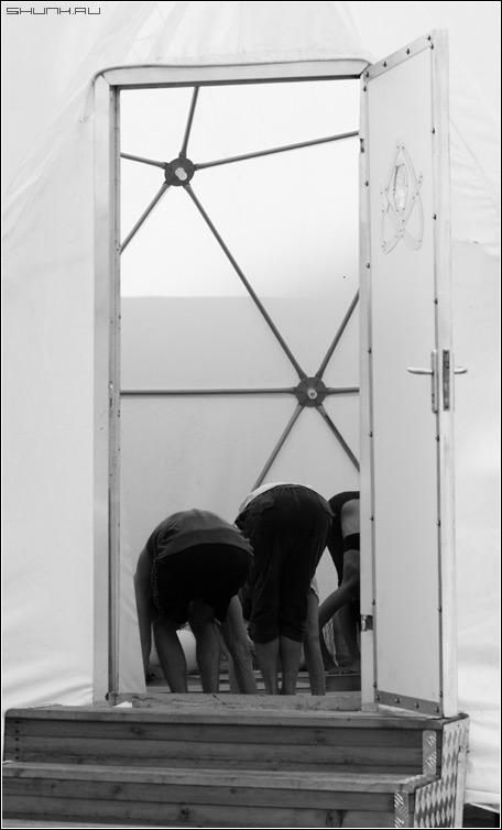 Дверь в загадочный мир - дверь зад чб черно-белое фото фотосайт