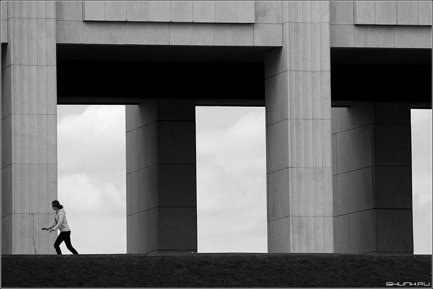 Колоннада - колонны поклонная гора девушка чб чернобелое фото фотосайт