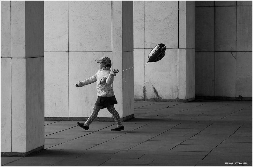 Детство - девочка шарик поклонка чб черно-белое фото фотосайт