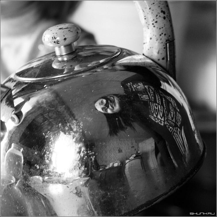 Про чайник - отражение автопортрет чайник чб ченобелое квадрат фото фотосайт