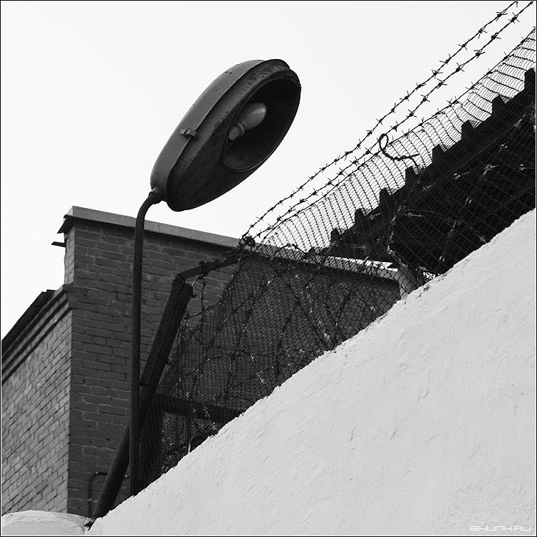 Аптека. Улица. Фонарь. - квадрат чб черно-белое фонарь калючка фото фотосайт