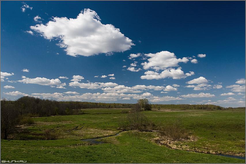 Окрестности д. Крюково - деревня весна поле небо облака речка руть фото фотосайт