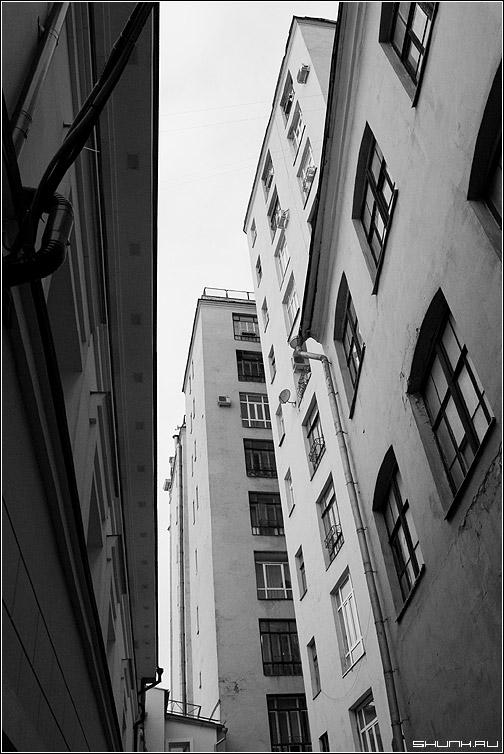 Небесный. - дома стены небо москва город переулок чб фото фотосайт