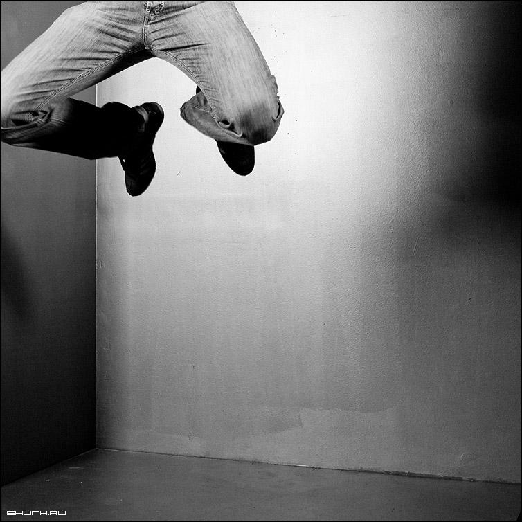 Сверху - студия ноги прыжок чб черно-белое квадрат фото фотосайт
