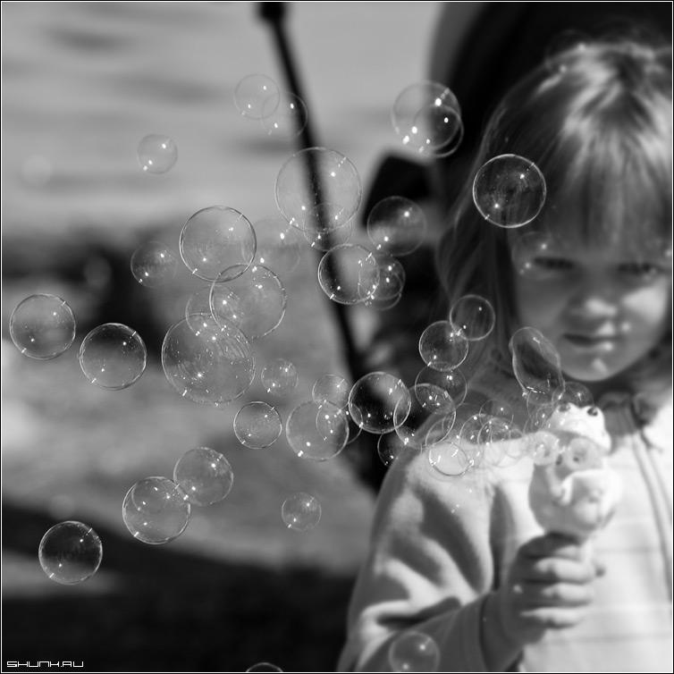 Счастье - ребенок пузыри квадрат счастье чб черно-белое фото фотосайт