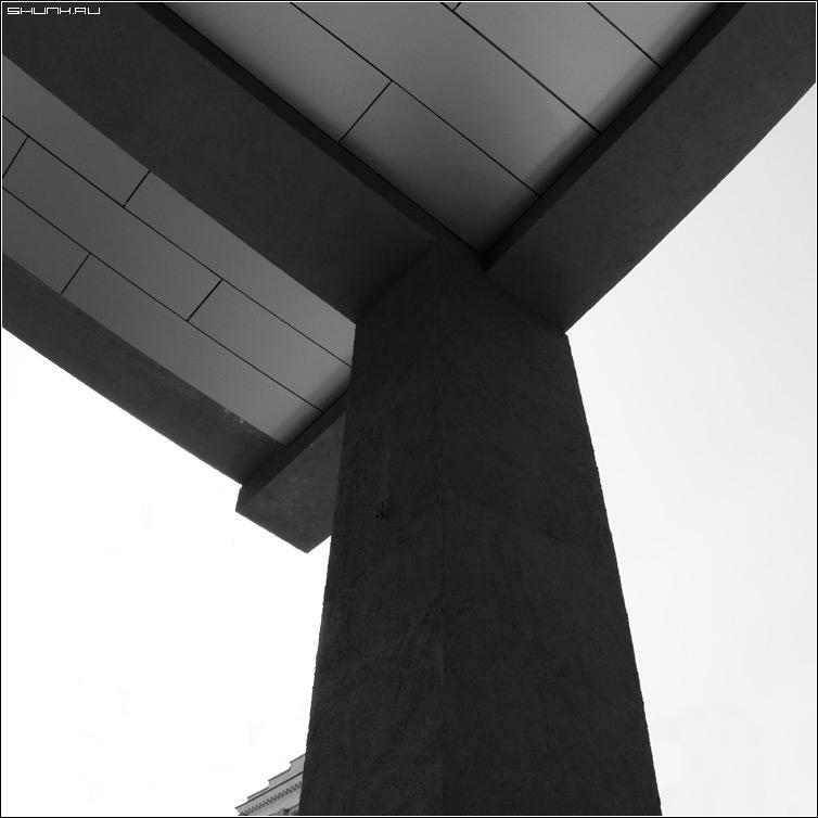 Очередной предрассудок - колонна здание чб черно-белое квадрат фото фотосайт