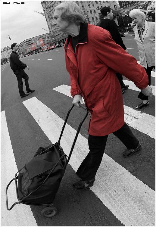 На переходе - бабушка переход тележка красный садовое москва фото фотосайт
