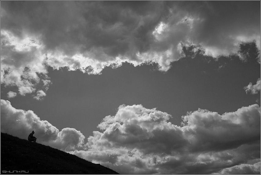 А тучи как люди - небо деревня облака холм человек художник чб чернобелое фото фотосайт