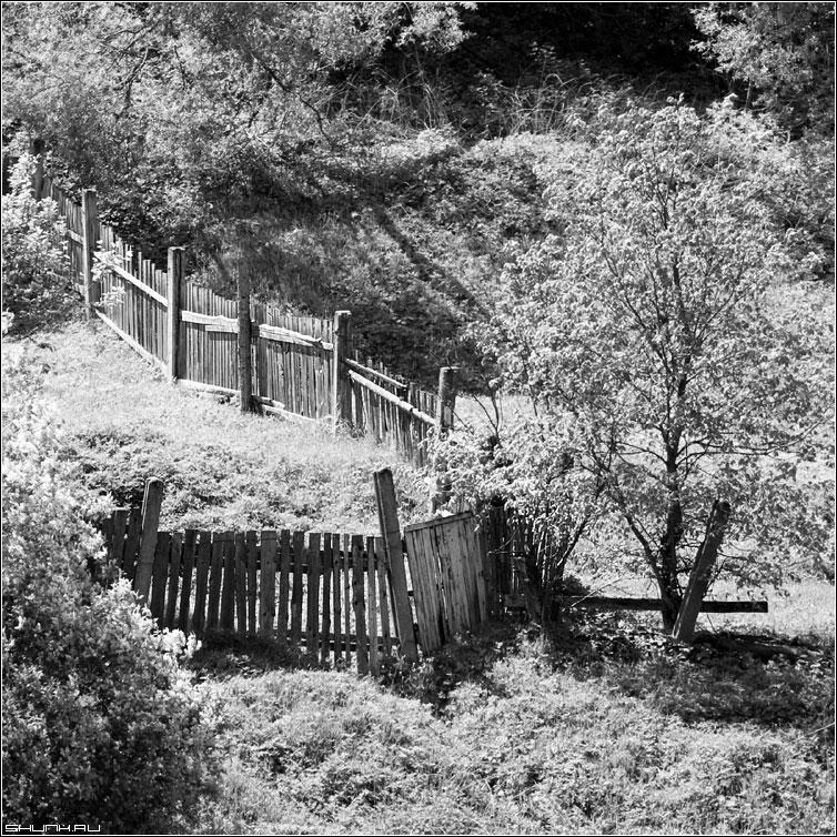 Про забор - забор склон верея деревня чб квадрат черно-белое фото фотосайт