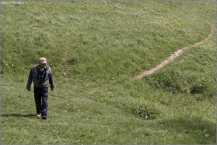 А не выпить ли? - мужик деревня тропинка трава весна зелень фото фотосайт