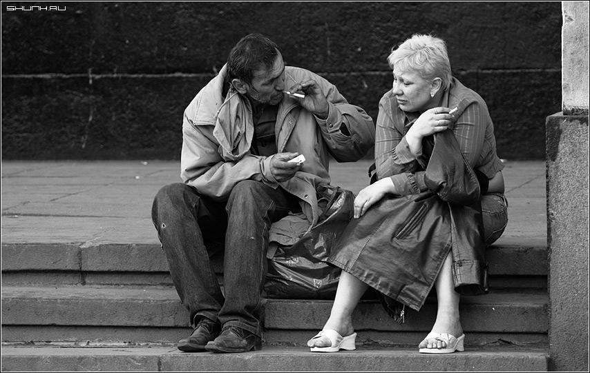 Давай закурим... - люди ступени ступеньки сигарета он она фото фотосайт