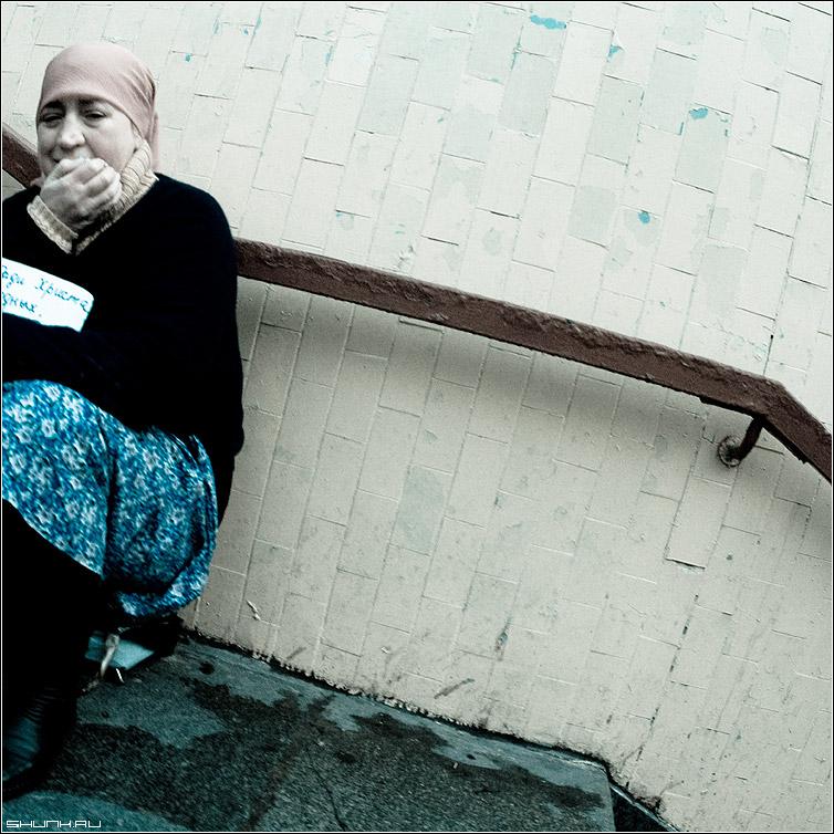 Ради Христа - ступеньки милостыня переход бабушка цвет квадрат cold фото фотосайт