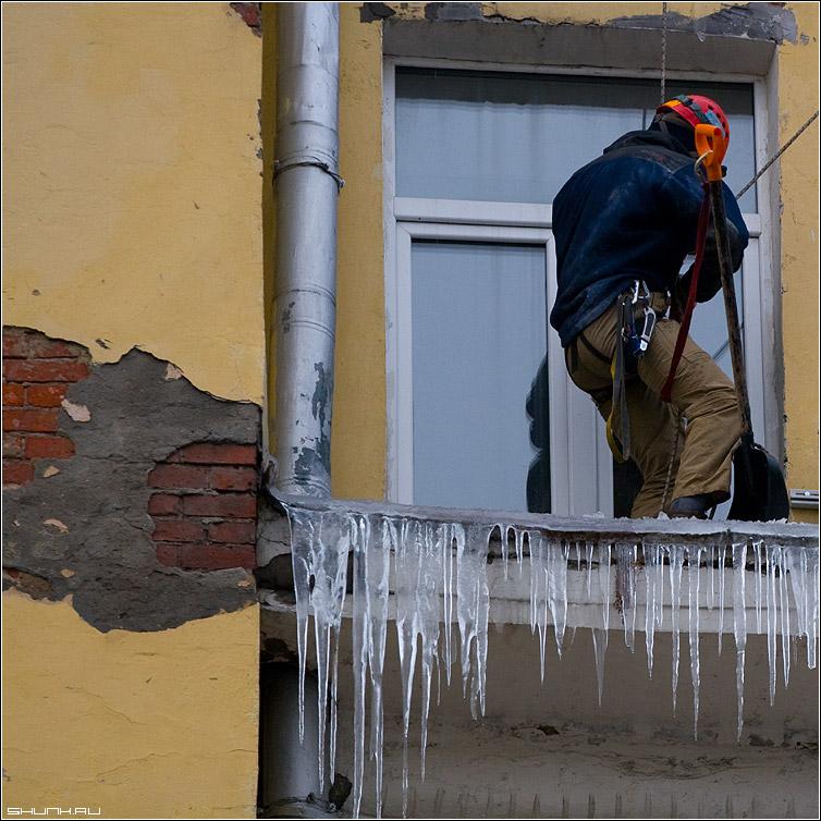 Промышленный альпинизм - сосульки зима профессия альпинист окно стена кирпичи квадрат фото фотосайт