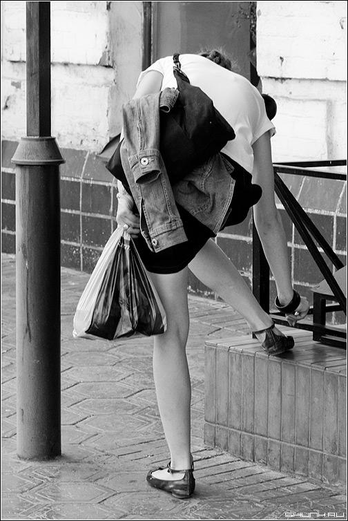 Про золушку - чб девушка туфель она юбка черно-белое контраст улица фото фотосайт