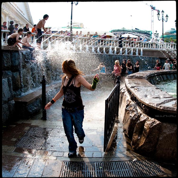 В брызгах - манежка девочка фонтан брызги квадрат среднийформат фото фотосайт