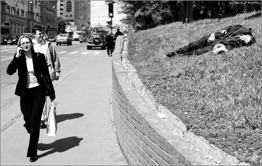 Равнодушие и сочувствие - бомж улица люди день солнце трава чувства фото фотосайт