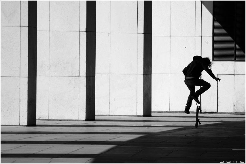 Прыг - скейтбордисты скейт спорт ребята чб чернобелое фото фотосайт