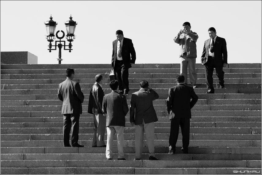 Туристы - поклонка поклонная гора туристы мужчины бизнесмен фото фотосайт