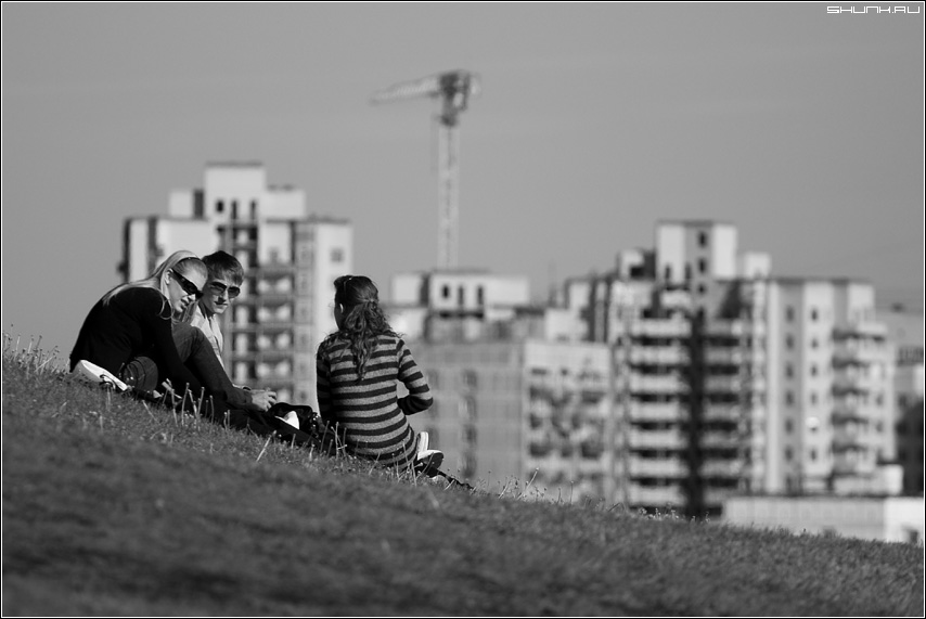 На склоне города - город дома чб чернобелое молодежь склон трава небо фото фотосайт