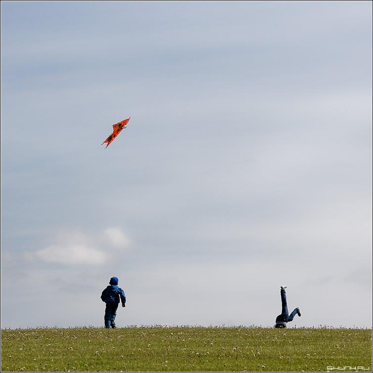 The Sky 2 - небо ребенок трава ноги звей воздух воздушный фото фотосайт