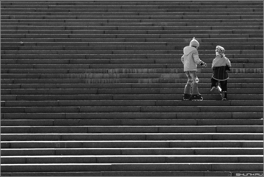Очень не легки первые шаги. - дети лестница чб черно-белое b&w ролики самокат фото фотосайт