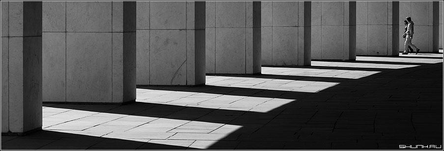 Проходя - проходи - тени солнце свет люди поклонка поклонная гора мемориал фото фотосайт