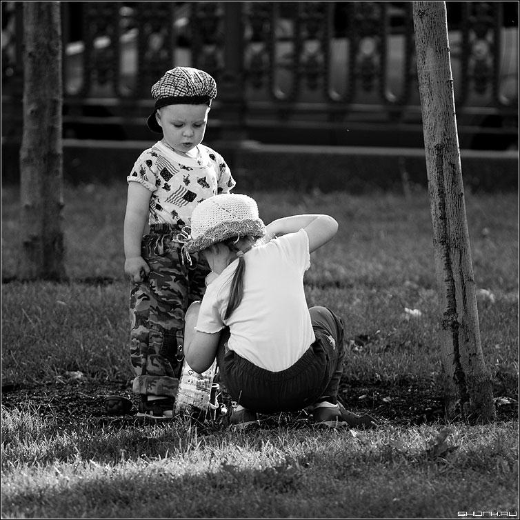 Помошник - дети девочка мальчик игра деревья большие были когда квадрат фото фотосайт