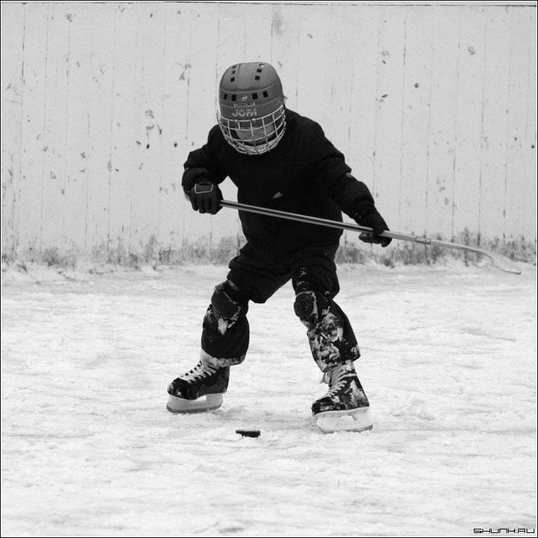 Трус не играет в хоккей - зима снег площадка ребенок шлем хоккей чб квадрат черно-белое фото фотосайт