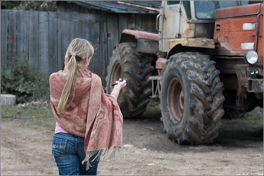 Новая Колхозница - девушка трактор деревня ключи юмор прикол фото фотосайт