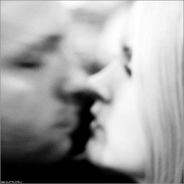 Кисс - поцелуй парочка парень девушка он она квадрат черно-белое фото фотосайт