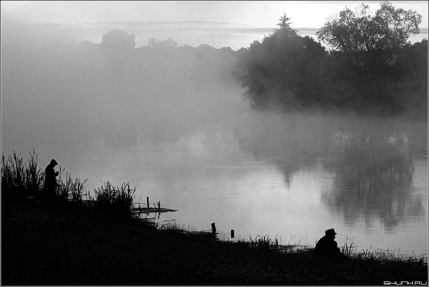 Рыбаки - пруд туман деревня черно-белое фото фотосайт
