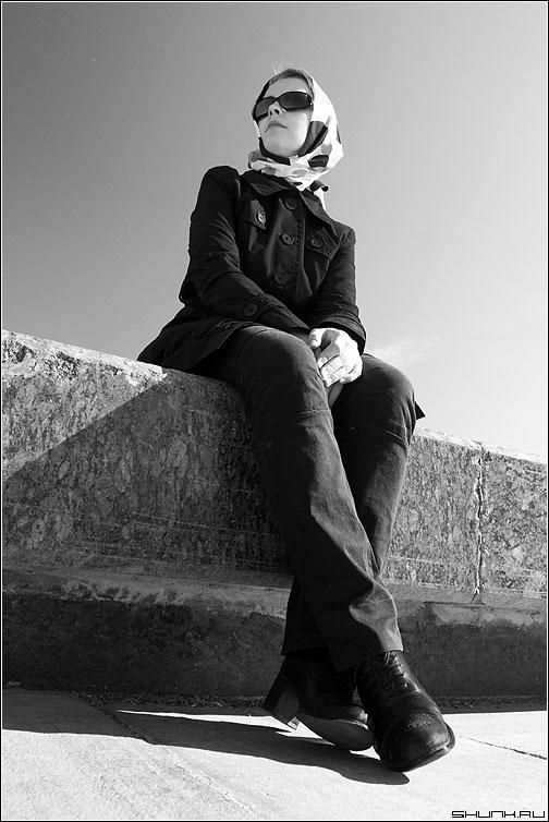 Вдаль - девушка чб очки черно-белое фото фотосайт