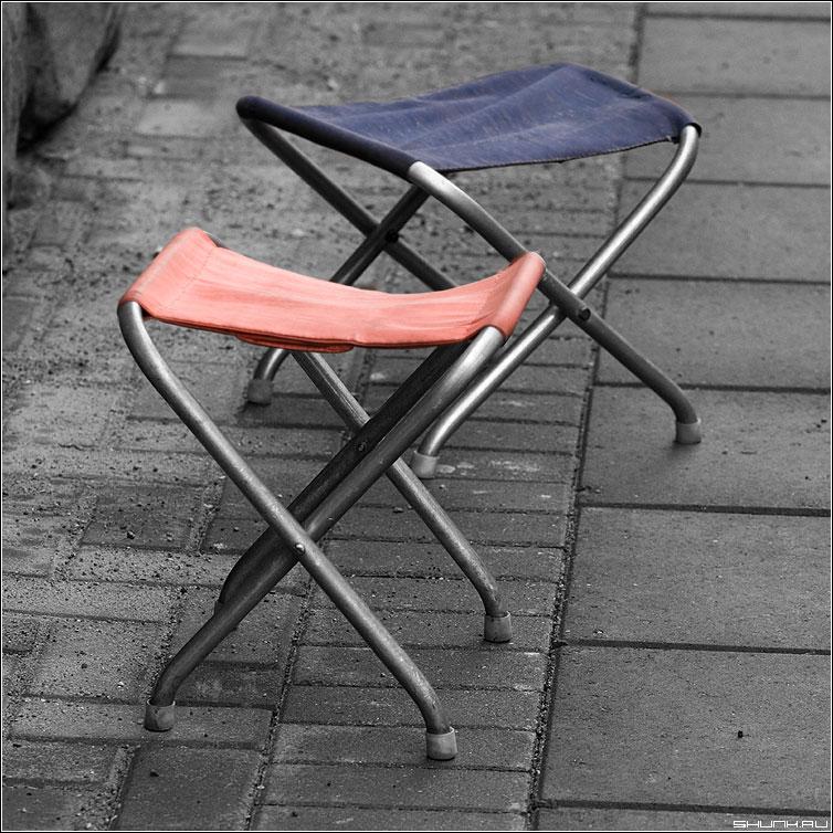 Синий и красный - стульчики стулья арбат брусчатка цвета фото фотосайт