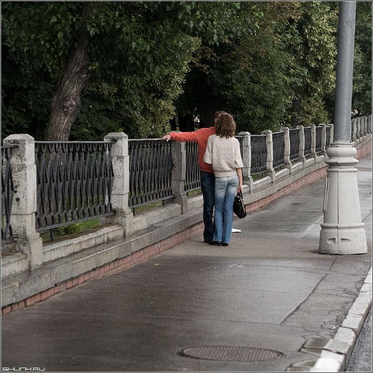 Разговор - он она дождь кремль набережная пара фото фотосайт