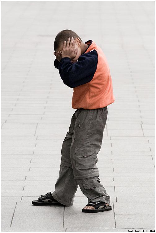 Не снимай меня, дядя! - мальчик босяк улица новый арбат руки глаза фото фотосайт