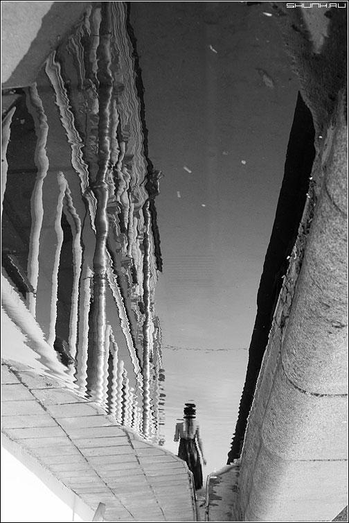 Ушла - девушка отражение лужа чернобелое москва город фото фотосайт