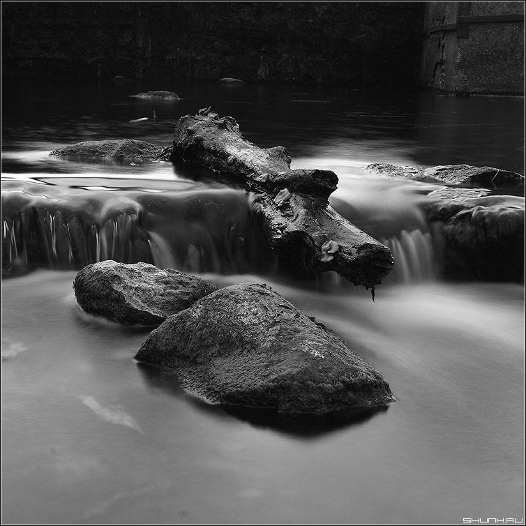Заглажено временем - чернобелая квадрат камни вода река водопад фото фотосайт