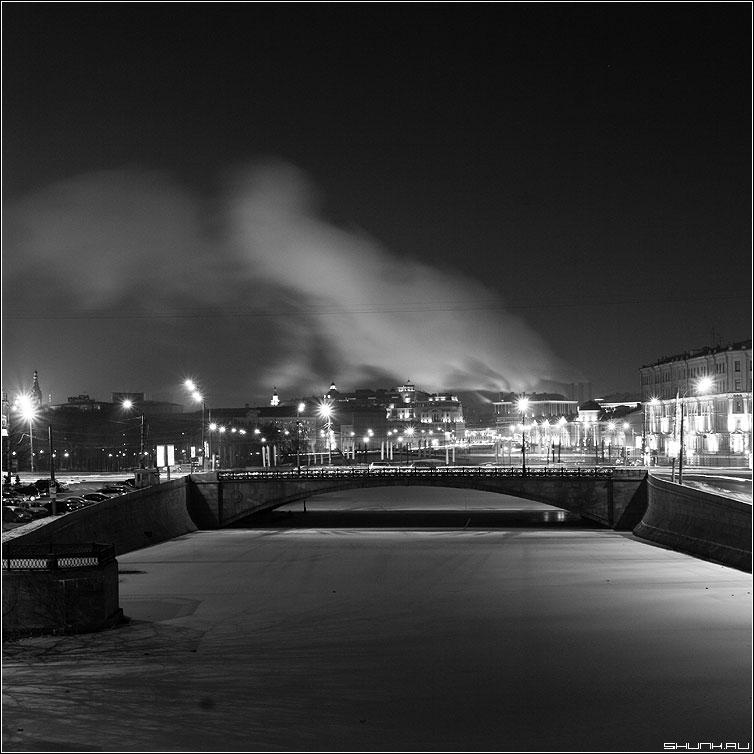 Вид на Малый Каменный - чернобелая квадрат москва ночь зима лед река москва мост фонари дым трубы фото фотосайт