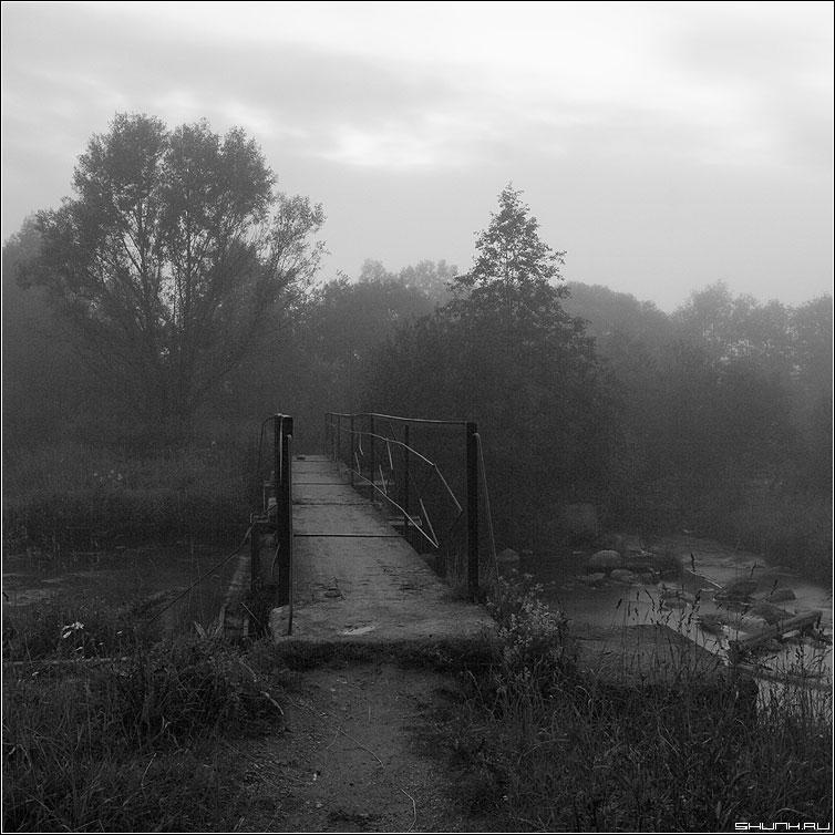Туманный мост - чернобелая квадрат мост туман вечер деревня фото фотосайт