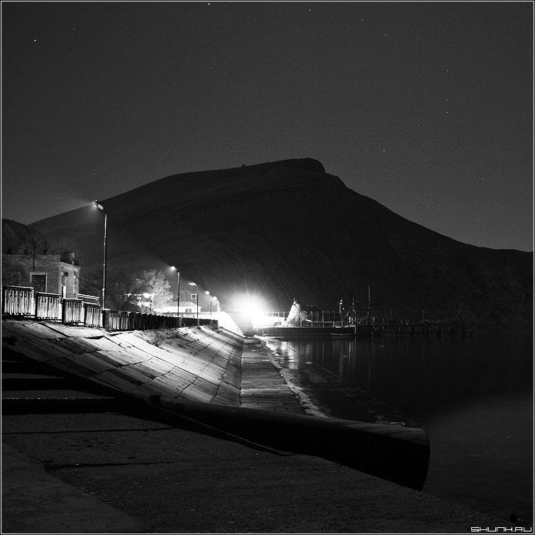 Фонарь на пристани - чернобелая квадрат крым орджоникидзе пристань фонарь мыс бухта фото фотосайт