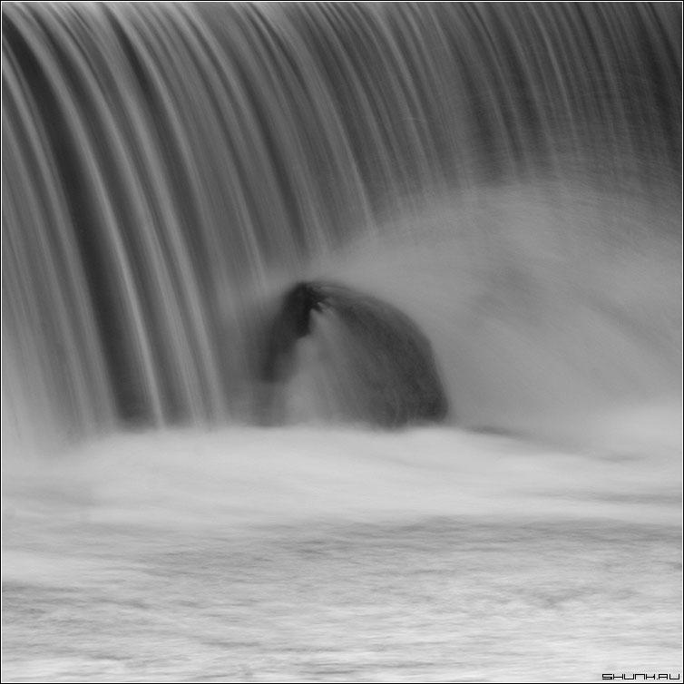 Под лежачий камень вода не течет - чернобелая квадрат вода водопад река камень выдержка фото фотосайт