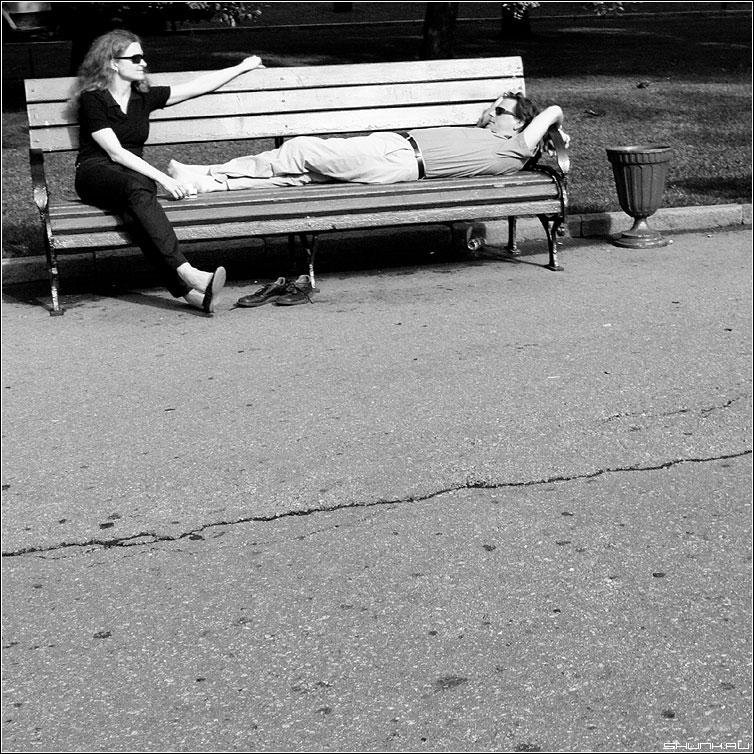 Про носочки - чернобелая квадрат парочка он она лавочка манежка александровский сад фото фотосайт