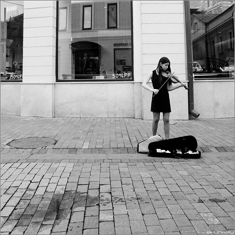 На Столешниковом переулке - девшка скрипка квадрат чернобелая музыка улица фото фотосайт