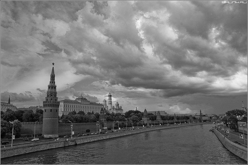 Тучи над городом стали... (2) - москва кремль тучи облака чернобелая фото фотосайт