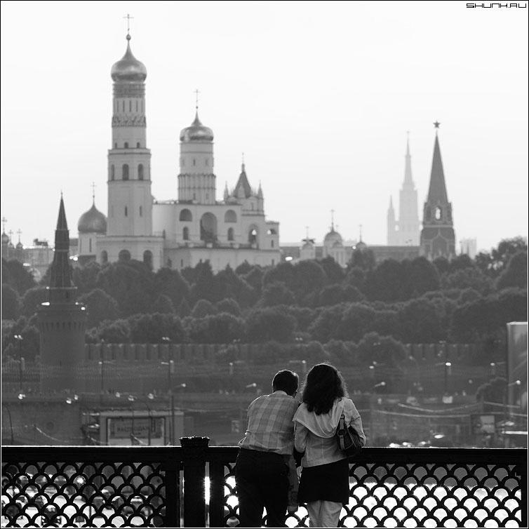 Любование Москвой - москва кремль колокольня он она пара парочка мост вид квадрат фото фотосайт