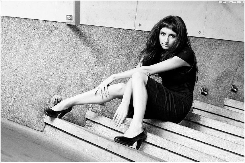 Выразительное - лестница ступени девушка анна чернобелая ноги фото фотосайт